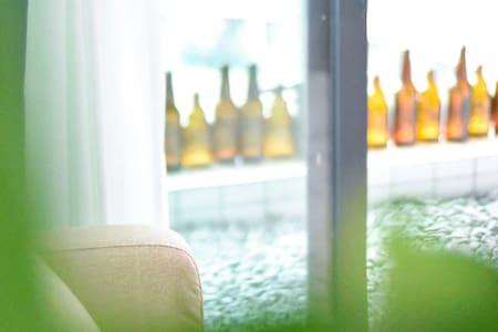 【南桃北隅】三峡广场/磁器口/沙坪坝高铁站/薄荷绿灰调/舒服治愈/北欧INS风/一室一厅/大床/啤酒