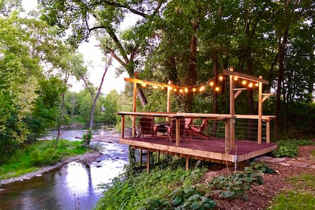 Riverfront Cottage by Winery Caverns & Nat'l Parks