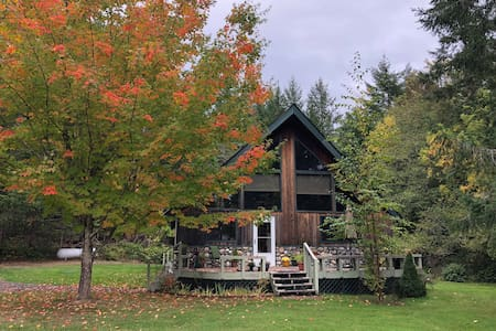Forested Island Chalet, Gourmet Kitchen, 2 bd/1 ba