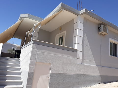 Cosy quiet house in Ksamil with spacious balcony.