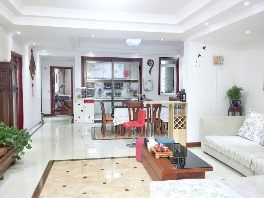 客厅足够大,客人自由活动,照片尽头是给客人准备的房间