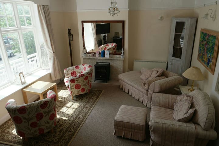 Large 2 bed Flat with Super King size 4 poster bed