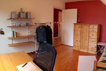 Helles Zimmer mit Küche und Bad (1)