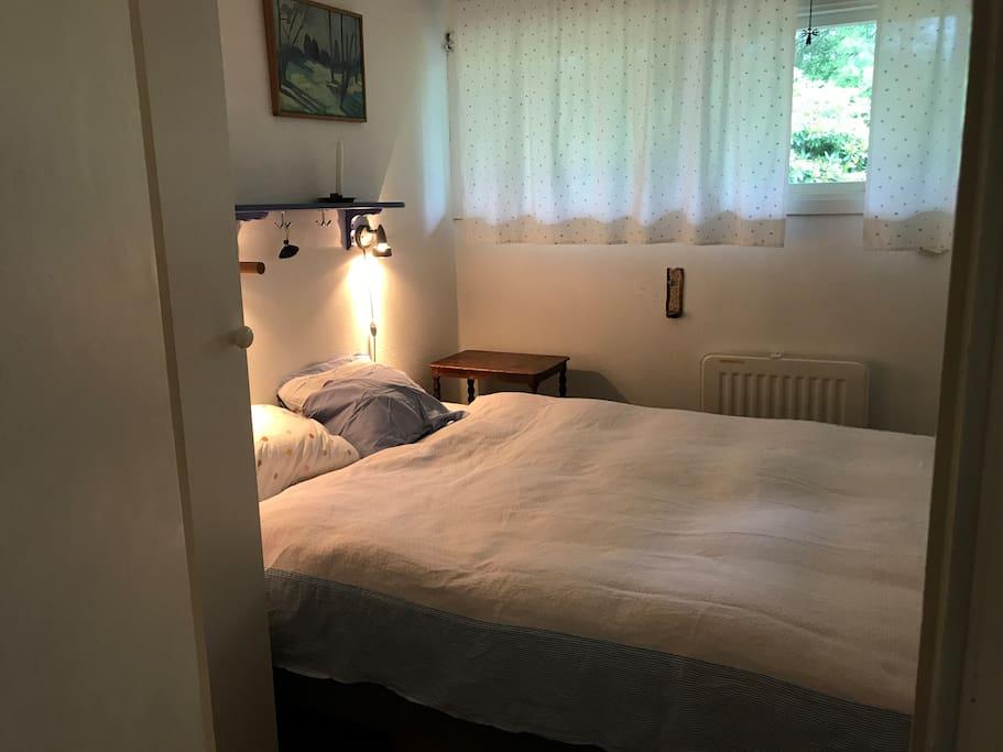 Sovrum i sommarstugan (säng 140cm)