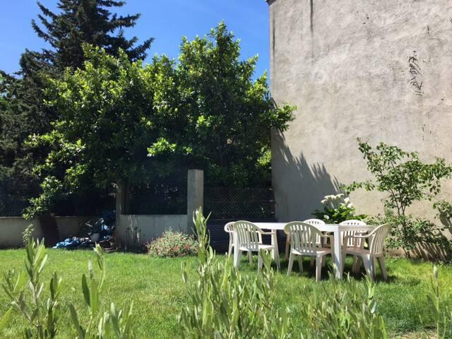 Grande chambre dans maison de rue avec jardin - Valenza - Casa