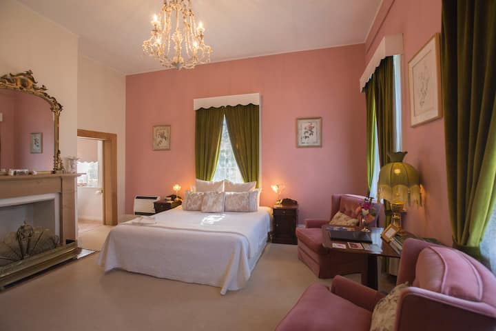 The Racecourse Inn - downstairs King spa room.