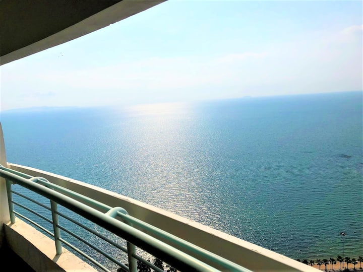 Spectacular sea views from this high floor condo