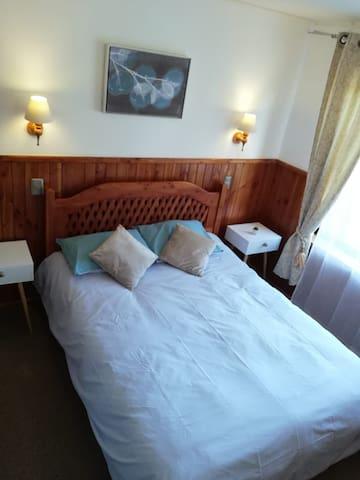 Dormitorio con cama americana 2 plazas y 2 veladores.