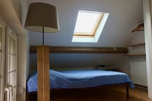 Room 1: 1 double bed / Chambre 1: 1 lit double