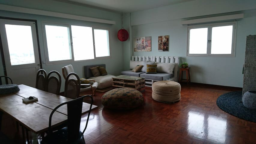 Bright, minimalist space w/ view +WiFi (queen bed)