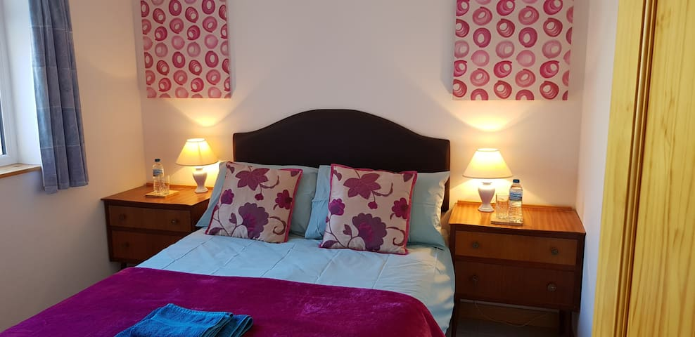 Cosy Double, super quiet, shared shower room
