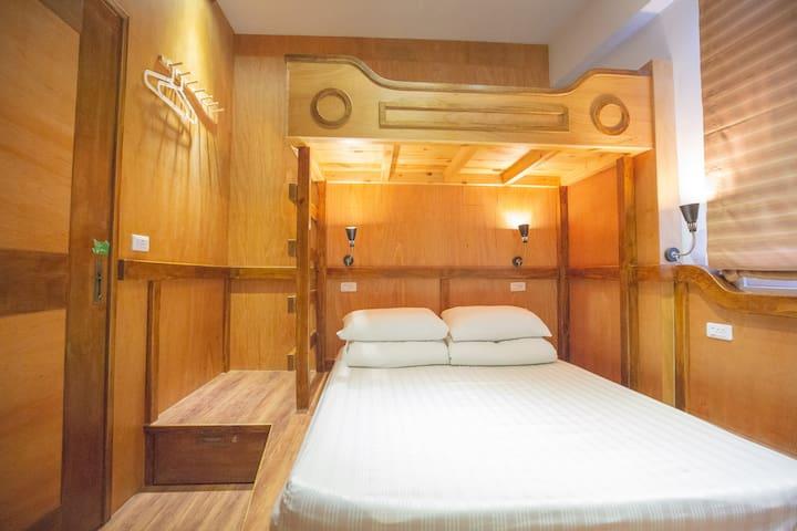 下-兩人標準雙人床 上-一單人床 Lower double bed, single upper bunk