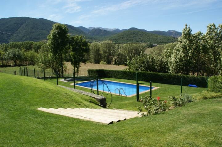 La casa de Santa Cecilia. Jardín+piscina Cerdanya