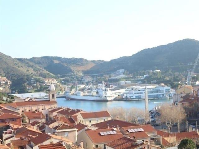 Appartement vue sur le Port de Port-Vendres et la mer, avec place de parking et balcon pour 4 personnes