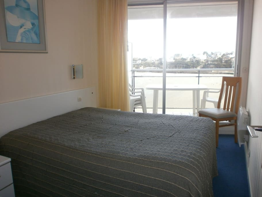 Chambre lit double avec terrasse mer