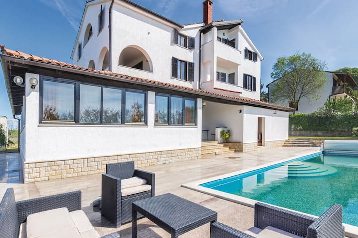 Acogedor apartamento en Poreč con piscina