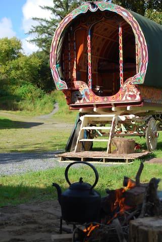 Glendree Cross, Travellers Rest, bareltop wagon