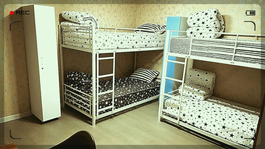 Bedroom with two bunk beds with private lockers 15m²
