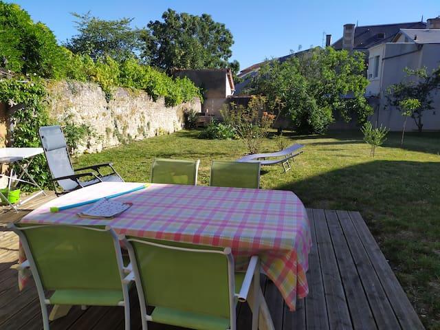 Maison avec grand jardin, très bien située.