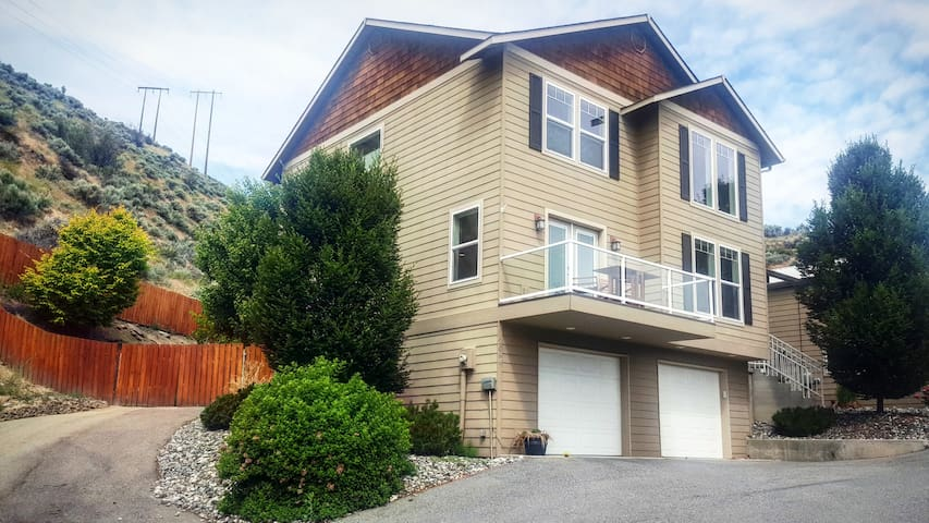 City Views With Private Backyard & Trail Access - Wenatchee - House