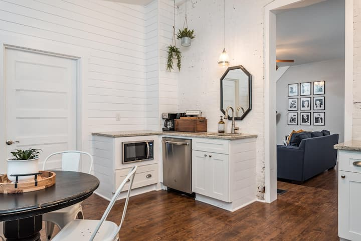 Chic Shotgun in Super Hip Germantown - 4 beds, sleeps 6, modern renovations!