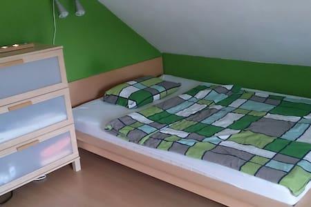 Schönes Dachgeschosszimmer - Langenzenn - Hus