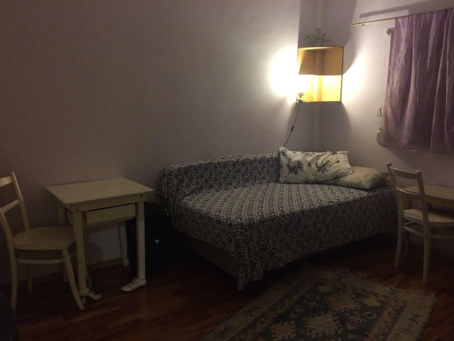esta es una de las habitaciones, cama nueva, piso de madera