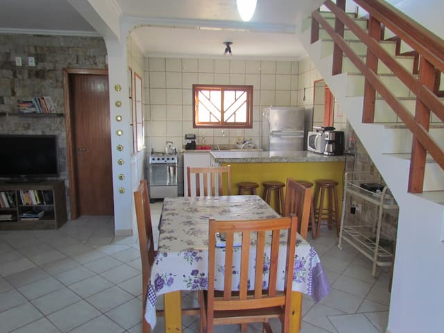 Cozinha principal e espaço para refeições.
