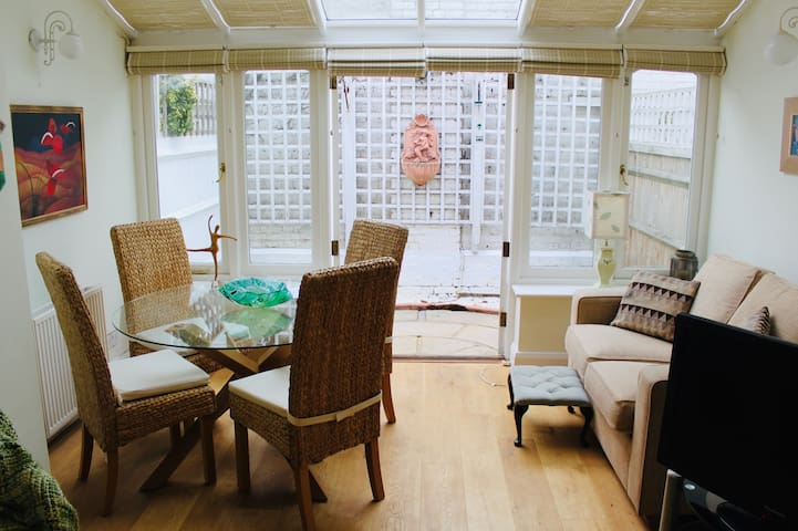A two bedroom cottage in the heart of Richmond