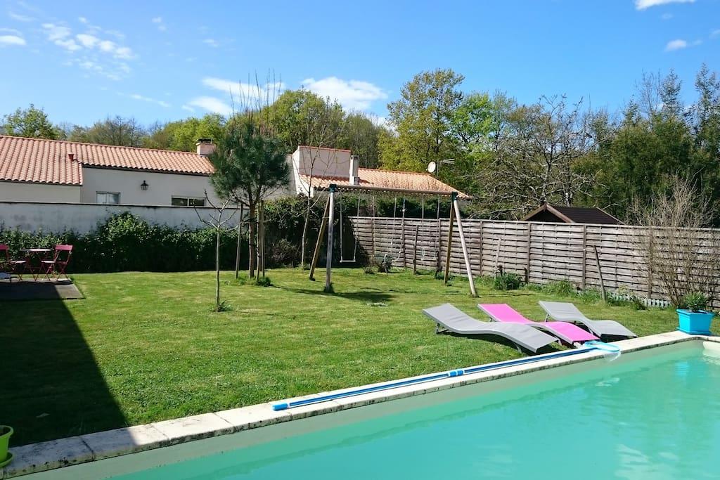 Le jardin, à l'arrière de la maison, avec piscine, en commun avec les propriétaires.