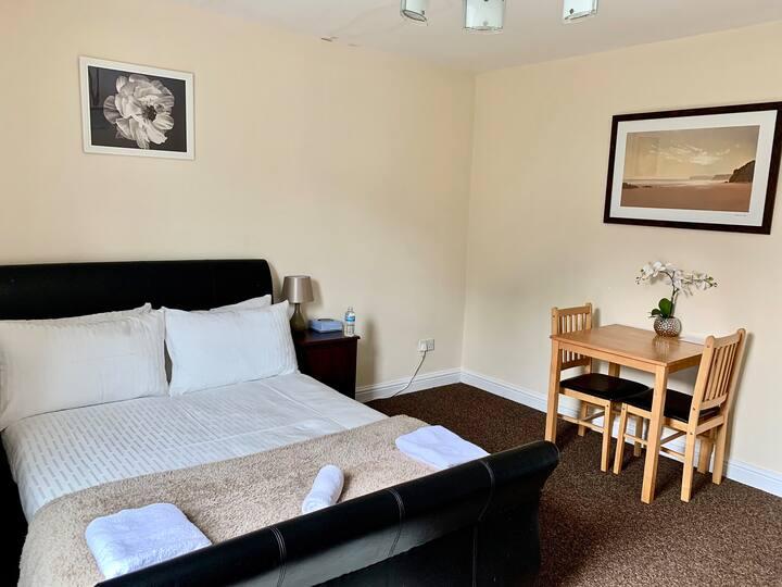 **Spacious Victorian En-Suite Double Room**