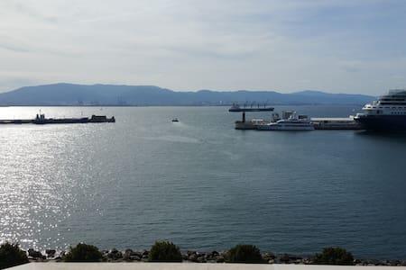 Sunny Harbour View 2 bed apt - ยิบรอลตาร์