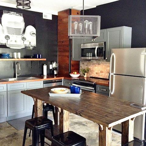 Modern & Convenient 1 BR Apartment w/ Full Kitchen