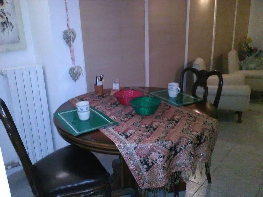 Zona comune con ampio tavolo e comode poltrone