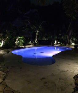 Private Oasis - Pool, Tiki, Theater - Polo Grounds - Wellington - Huis