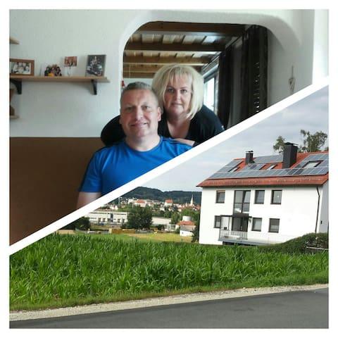Schöne Wohnung mit Terrasse am Hang gelegen - Altenkunstadt - Apartamento