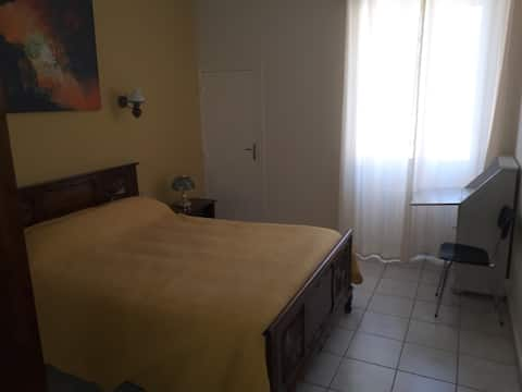 "Chambre 15m² + salon + cuisine + SDB ""Chbre Jaune"""