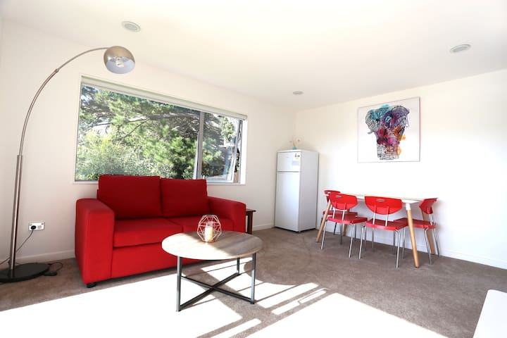 Modern, private 1 bedroom flat with living&deck - Auckland - Rumah