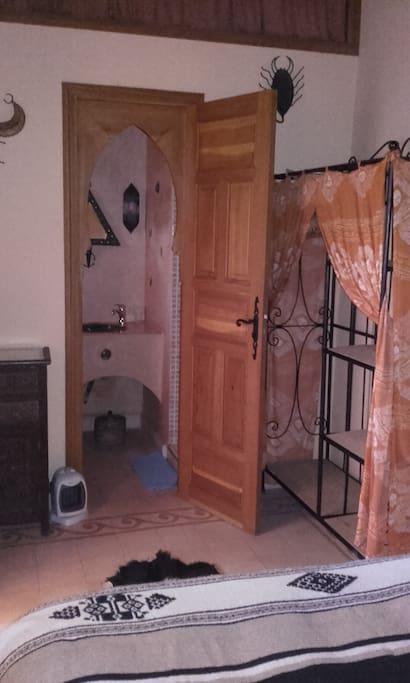 Chambre Zagora, vers la salle d'eau.