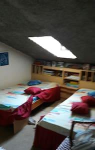Quarto com duas camas individuais - Batalha - Rumah