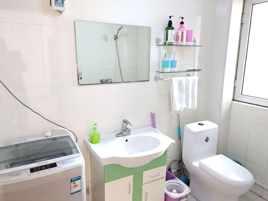 厕所有洗衣机,吹风机,电热水器。