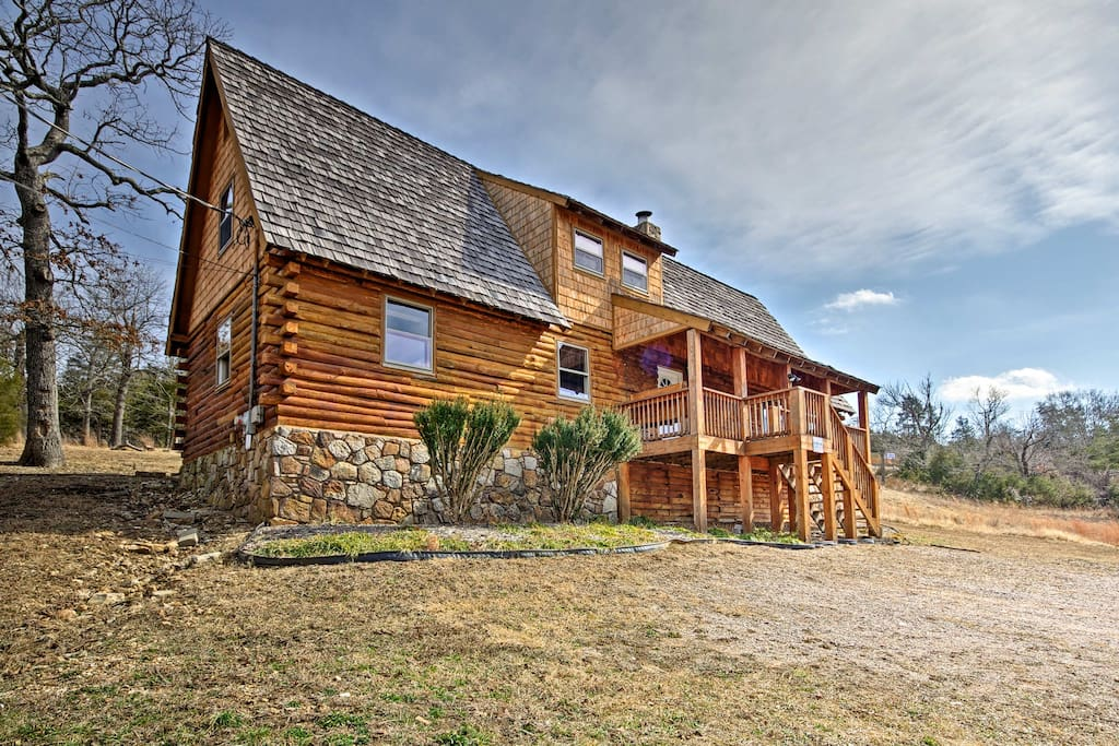 Fall in love with Branson in this 4-bed, 2-bath vacation rental home for 11.