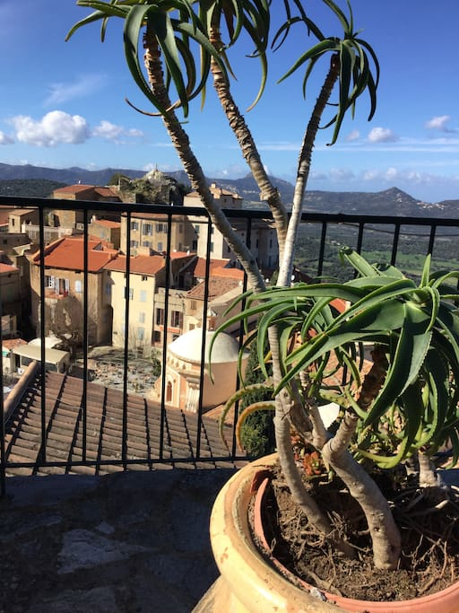 La terrasse vue sur la place