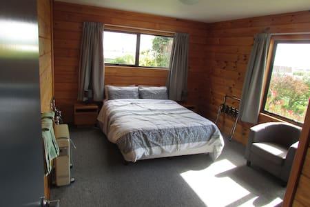 Nikau Rise Bed and Breakfast - Tui Room - Bed & Breakfast