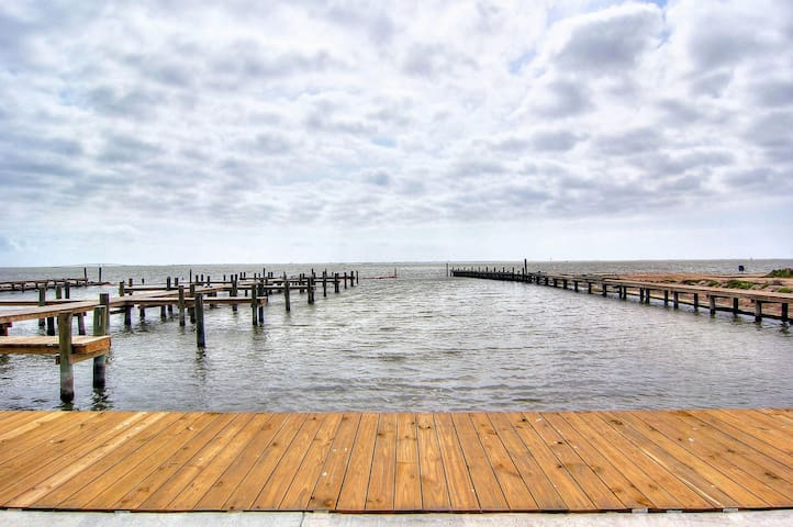 Private fishing pier with dock space! Waterfront Pool! AMAZING Views!