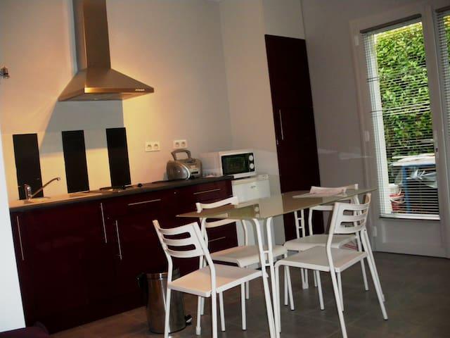 Studio meublé avec terrasse.