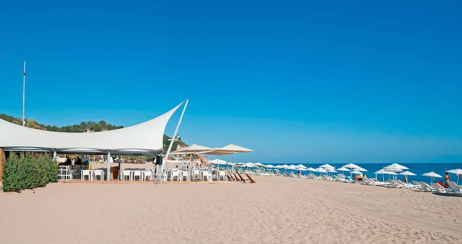 Playa de Calella (a dos minutos del apartamento)