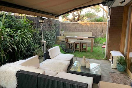 Pet friendly, 2 mins walk to beach, shops, cafe...