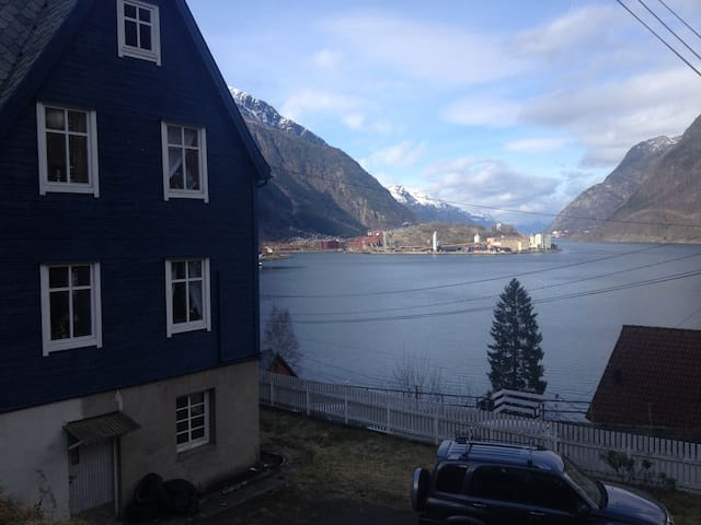 Fjord view, spacious room, in relaxing atmosphere - Odda - Huis