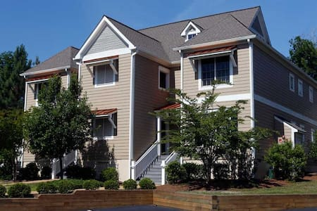 Classy Vacation Rental (2bdrm&den) @ King's Creek! - Appartement